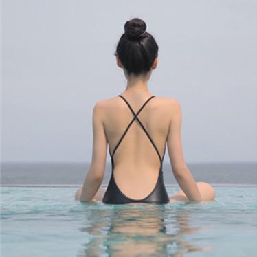 เปิดโชว์ด้านหลัง ชุดว่ายน้ำ 2020
