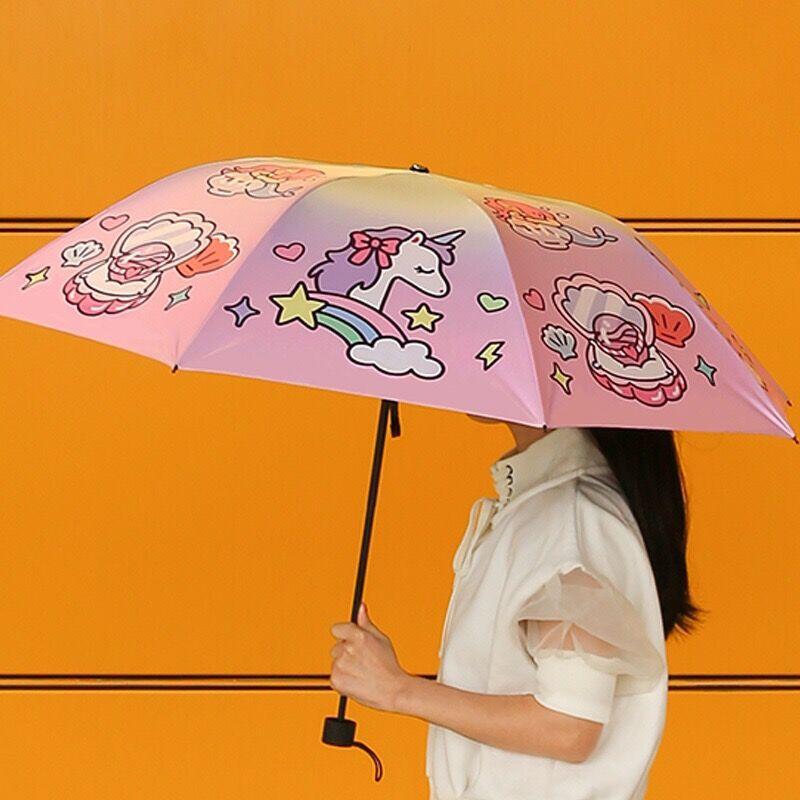 สิ่งที่ควรมีติดกระเป๋าในช่วงหน้าฝน ร่มน่ารักแบบมินิมอลๆ