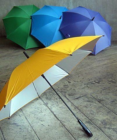 แฟชั่นหน้าฝน หนีไม่พ้น ร่มน่ารัก ๆ สีเบสิค