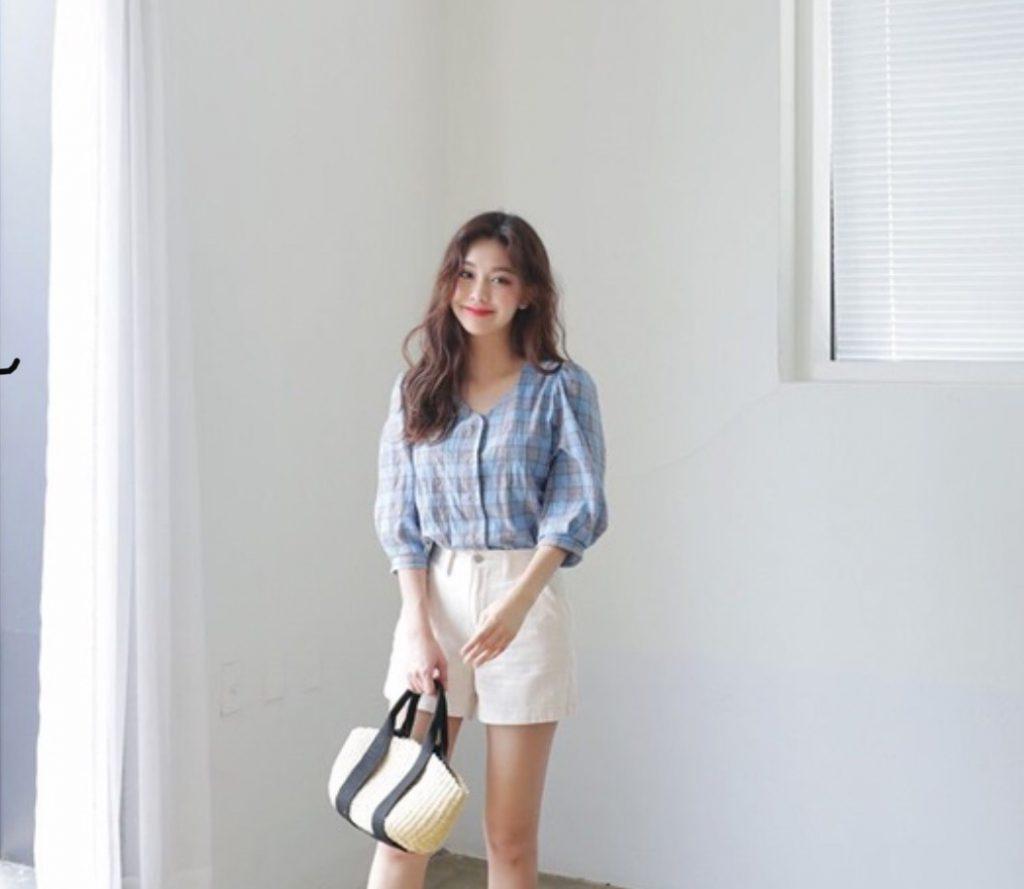 เสื้อแขนพอง กับกางเกงผ้าสีขาว