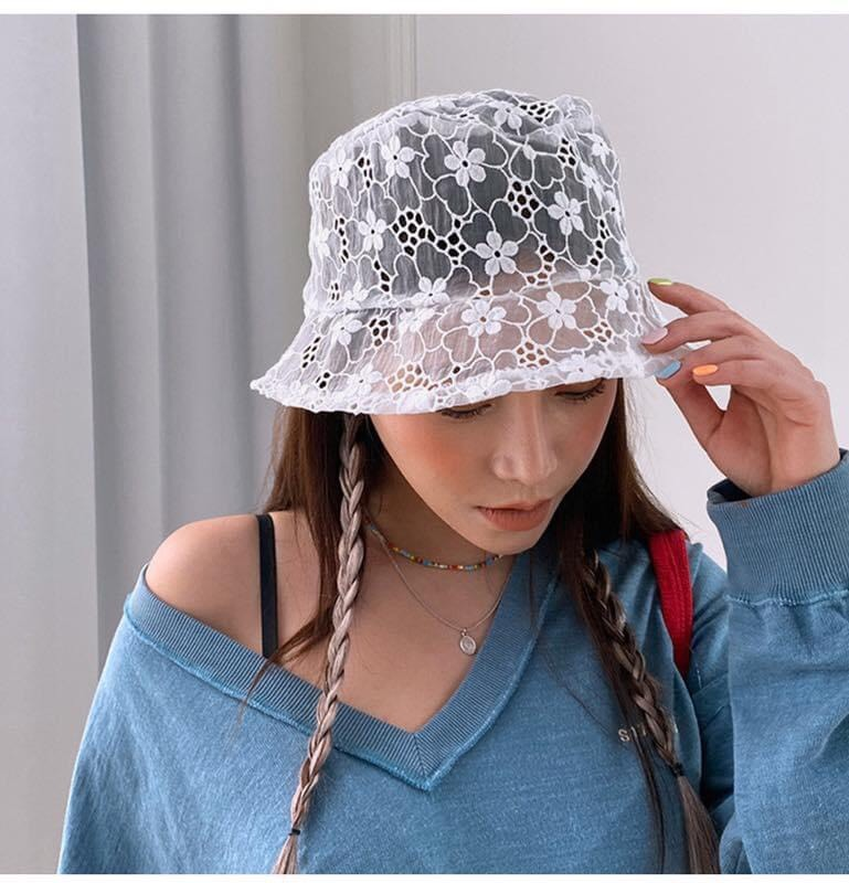 เทรนด์ดังจากเกาหลี หมวกผ้าลูกไม้ซีทรู สีขาว แค่หยิบมาใส่ก็ดูน่ารัก
