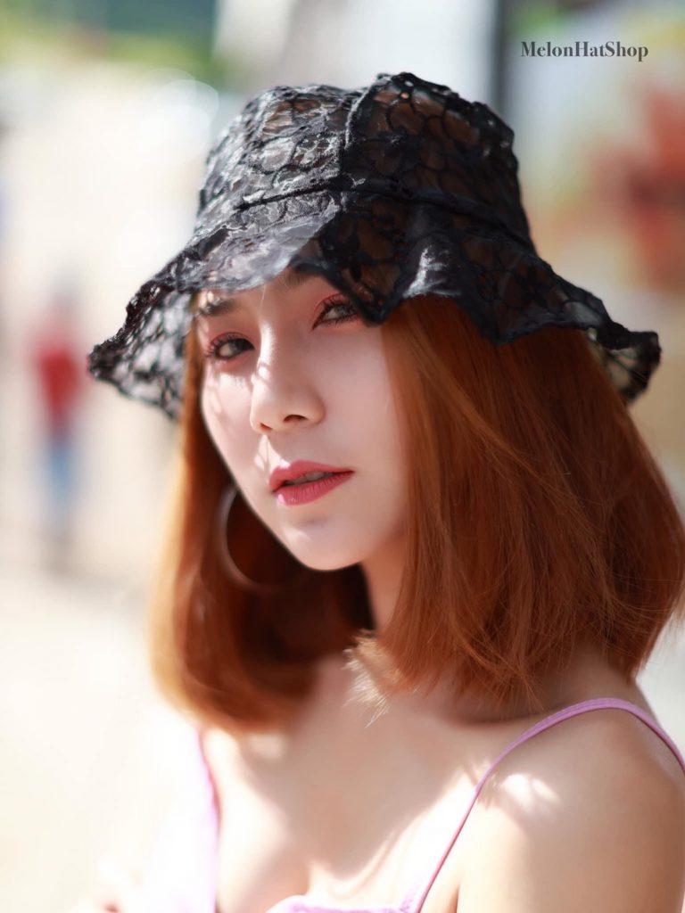 หมวกผ้าลูกไม้ซีทรู สีดำแค่หยิบมาใส่ก็ดูน่ารัก