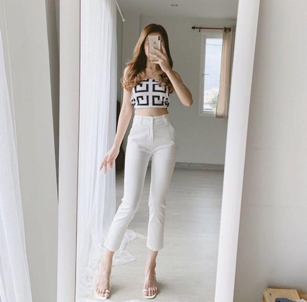 กางเกงสีขาว สไตล์ที่สองคือการนำกางเกงสีขาวขายาวทรงเดฟมาจับคู่กับเสื้อแฟชั่นแบบไหนก็ได้ลุคนี้สาวๆจะได้ลุคคุณหนูที่ได้