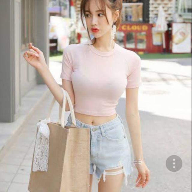 แฟชั่น เสื้อครอปรัดรูป แบบหวานๆ กับสีชมพู