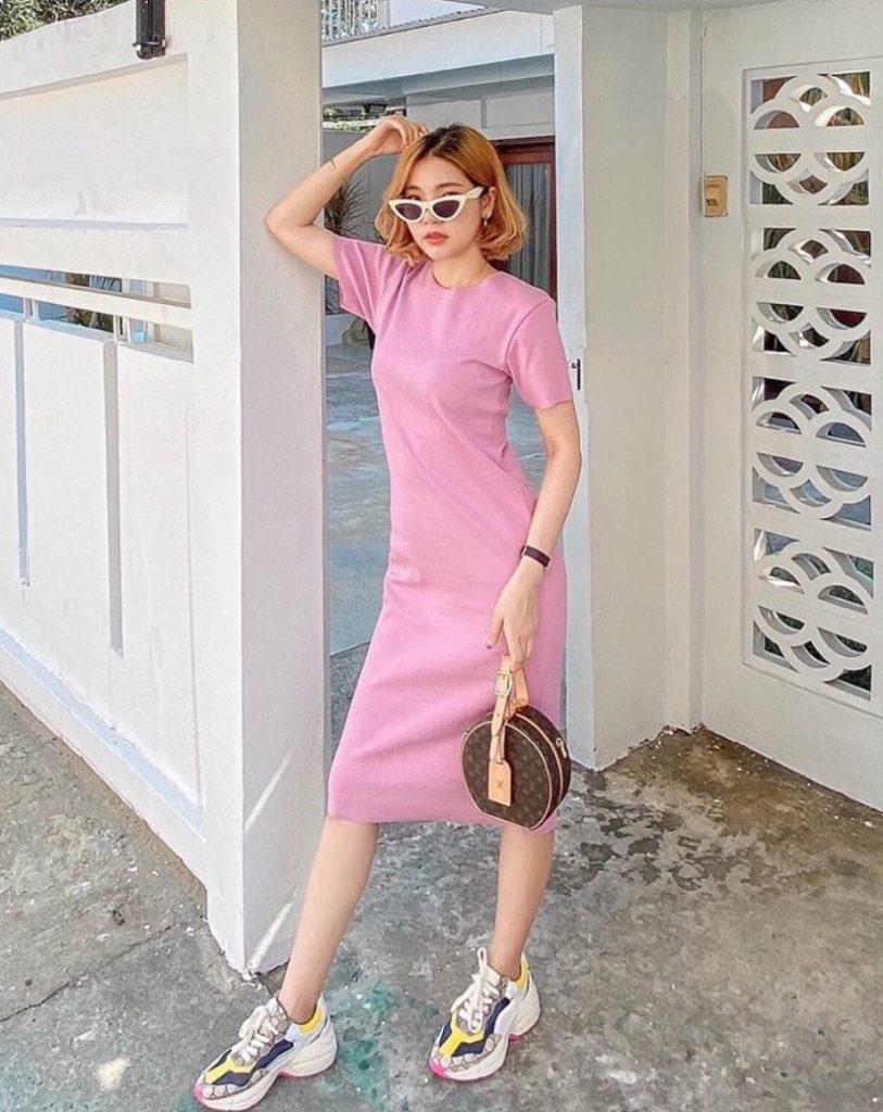 เดรสสีชมพู แบบยาวเสมอเข่าใส่เท่ๆน่ารัก