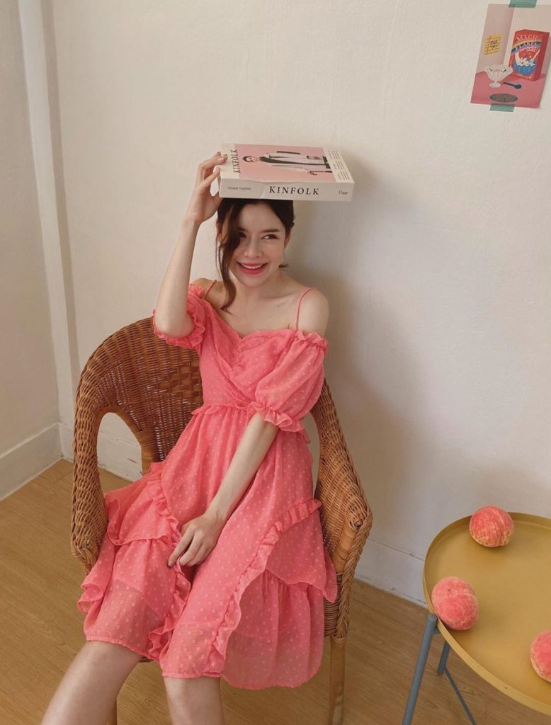 ชุดเดรสผ้าชีฟอง แบบสั้นสีชมพูที่สาวๆต้องมี