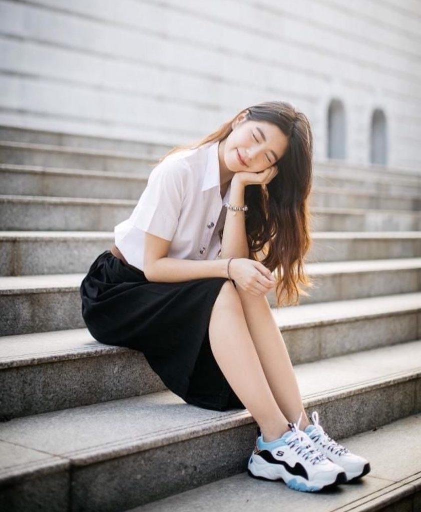 ชุดนักศึกษา 2020 ใส่กับรองเท้าผ้าใบก็เท่สุด