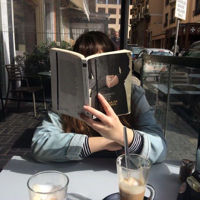 โพสท่าอ่านหนังสือ แบบปิดหน้ากำลังฮิต