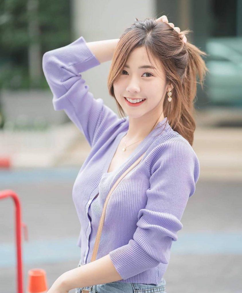 แฟชั่นเสื้อสีหวาน กับเสื้อคลุมสีม่วง