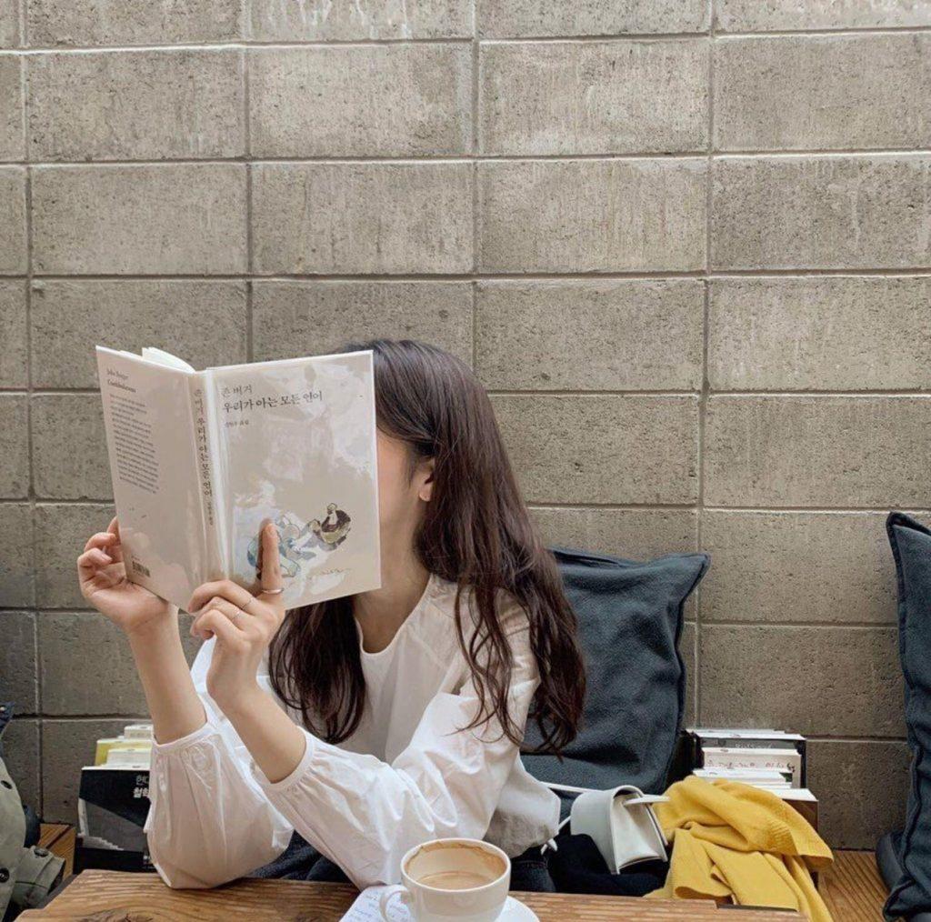 โพสท่าอ่านหนังสือ แบบไม่เห็นหน้า