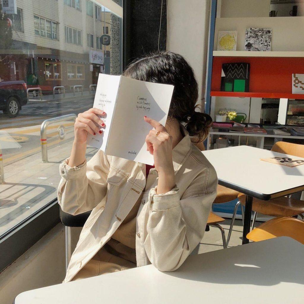 โพสท่าอ่านหนังสือ แบบปิดหน้าบังแดด