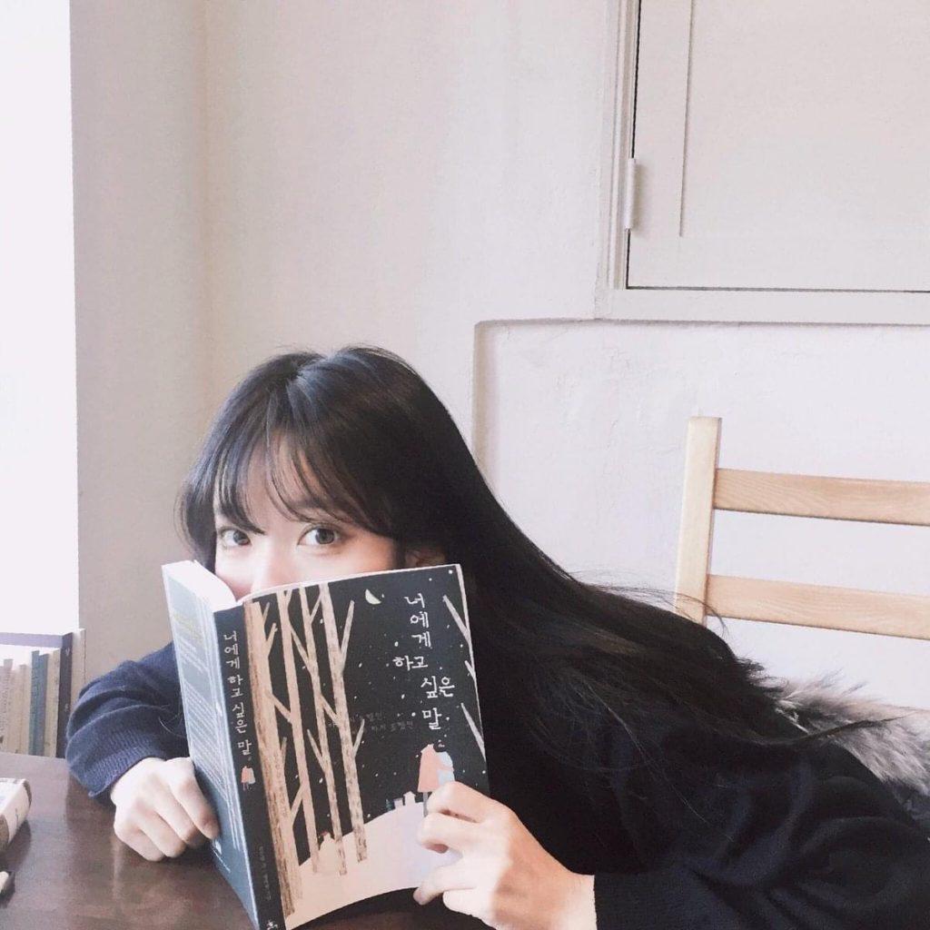 โพสท่าอ่านหนังสือ แบบน่า่รักๆ