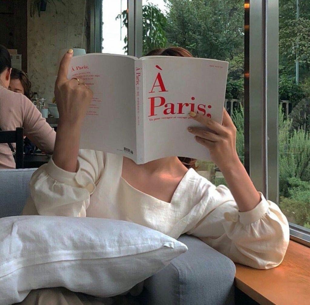 โพสท่าอ่านหนังสือ แบบปิดหน้า