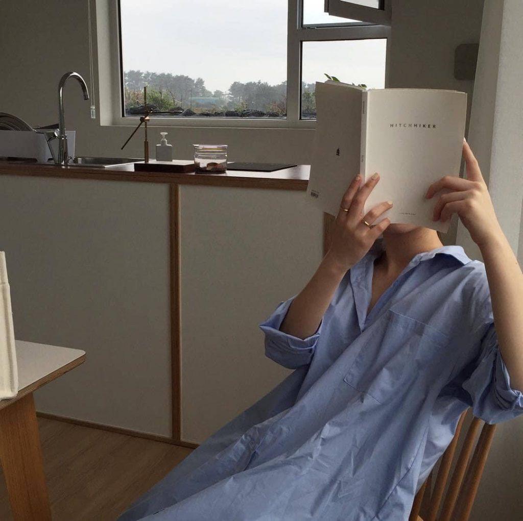โพสท่าอ่านหนังสือ ปิดหน้าแบบเก๋ๆ
