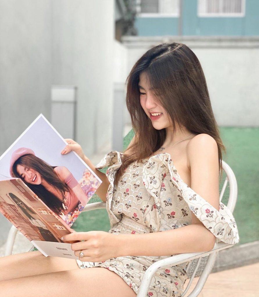โพสท่าอ่านหนังสือ แบบยิ้มๆ