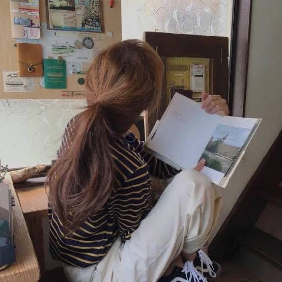 โพสท่าอ่านหนังสือ หันหลังใส่กล้อง