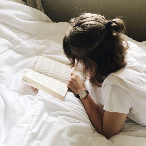 โพสท่าอ่านหนังสือ นอนอ่านไม่มองกล้อง