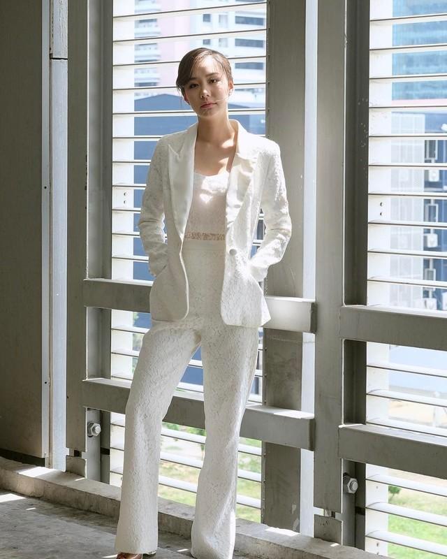 ชุดสูทสีขาว ใส่สวยเรียบหรู