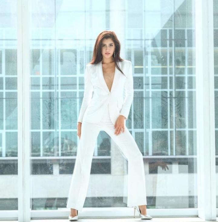 ชุดสูทสีขาว เป็นผู้หญิงที่สวยเท่