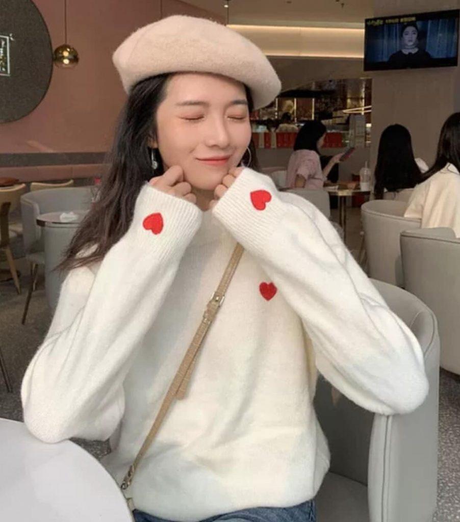 เสื้อไหมพรมแขนยาว สีขาวมีหัวใจสีแดงเล็กๆสวยน่าใส่
