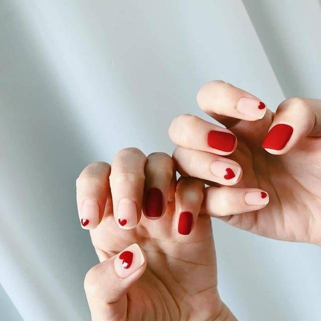 เล็บเจลสีแดง แบบ น่ารัก มีลวดลายสวยงาม