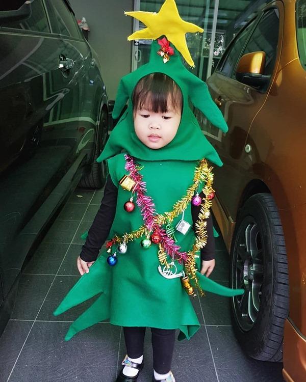 ชุดคริสต์มาสเด็กในแบบต้นคริสมาส