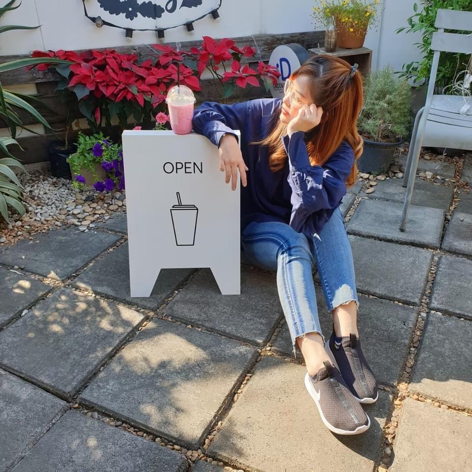 ถ่ายรูปหน้าคาเฟ่ แบบนั่งกับป้ายหน้าร้าน