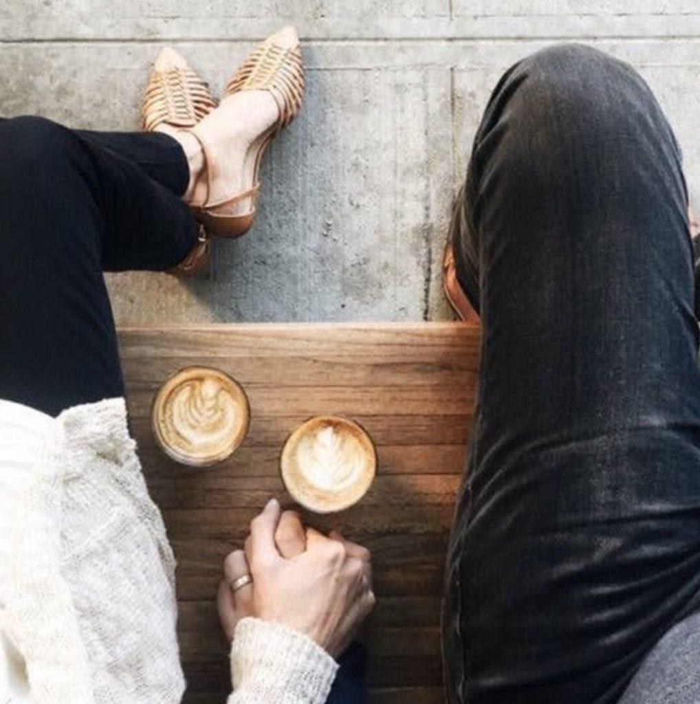 นั่งจับมือกันเบาๆ ถ่ายรูปกับแฟนไม่ให้เห็นหน้า
