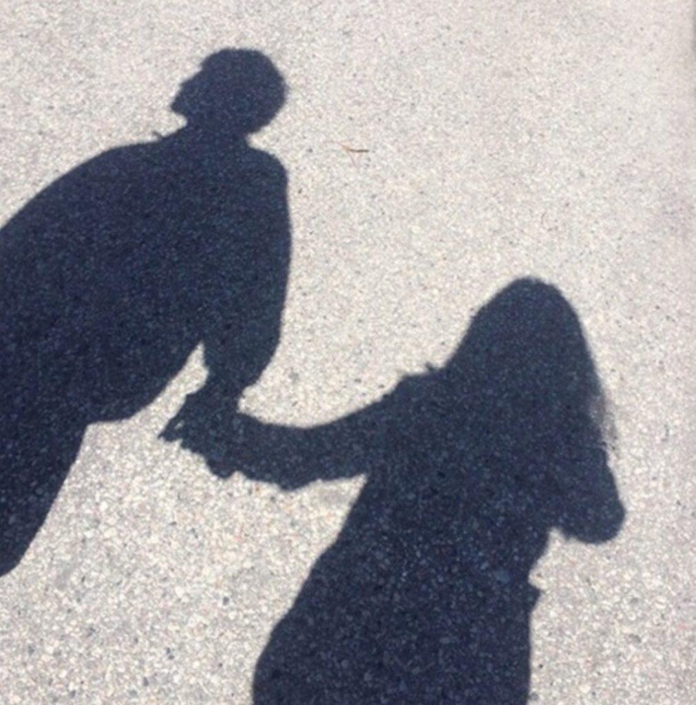 ถ่ายรูปกับแฟนไม่ให้เห็นหน้า ถ่ายแต่เงาจูงมือกัน