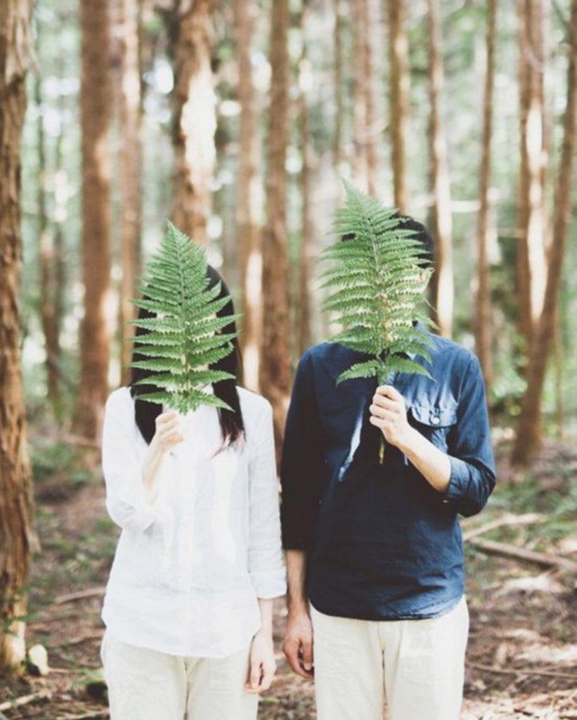 ถ่ายรูปกับแฟนไม่ให้เห็นหน้า  แบบยืนคู่กันแต่มีพร็อพปิดหน้า ไม่เห็นหน้าทั้งคู่