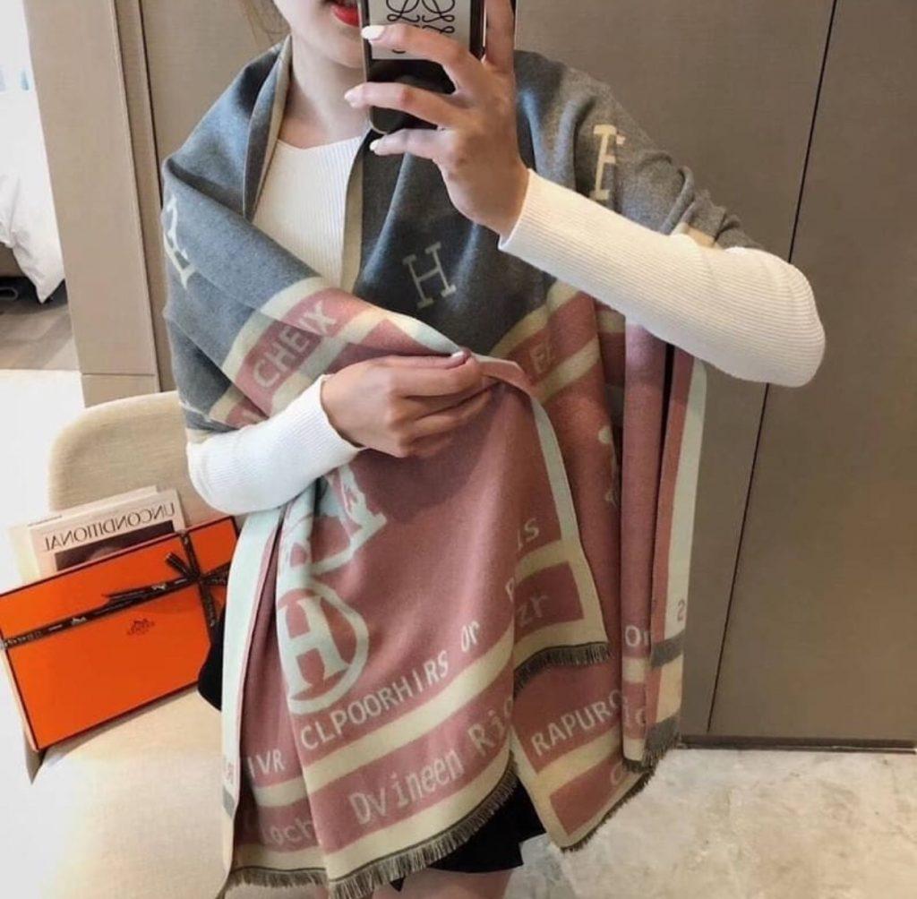ผ้าพันคอแบรนด์เนม โทนสีชมพู น่ารัก
