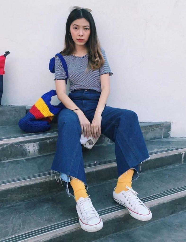 ถุงเท้าน่ารักๆสีเหลืองกับสาวเท่