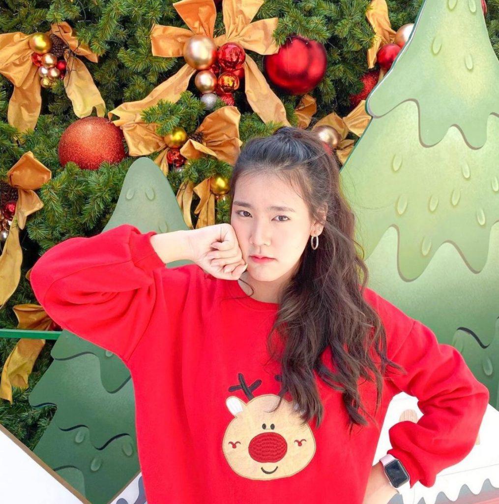 แต่งตัววันคริสต์มาสด้วยเสื้อกันหนาวสีแดงลายสวยเข้าธีมคริสมาสสุดๆ