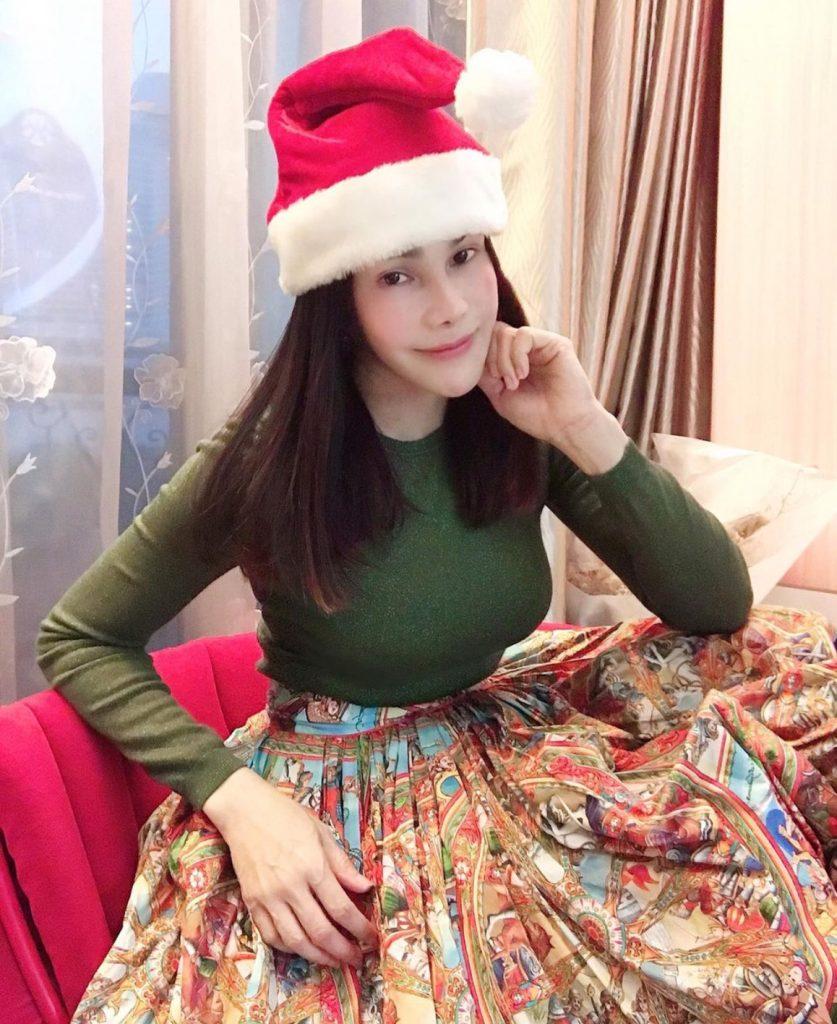 แต่งตัววันคริสต์มาสกับหมวกสีแดงเข้ากับวันคริสมาสแบบเก๋ๆ