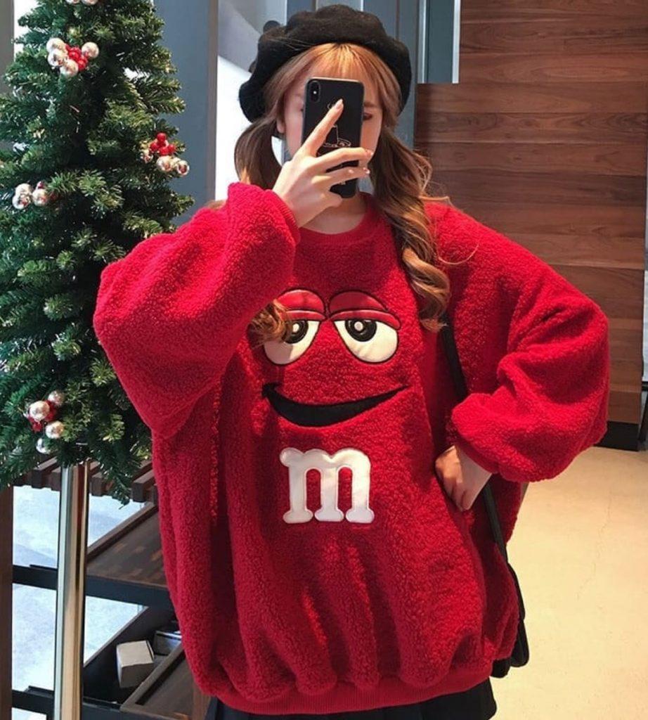 แต่งตัววันคริสต์มาสกับเสื้อกันหนาวสีแดงแค่นี้ก็รอดเช่นกัน