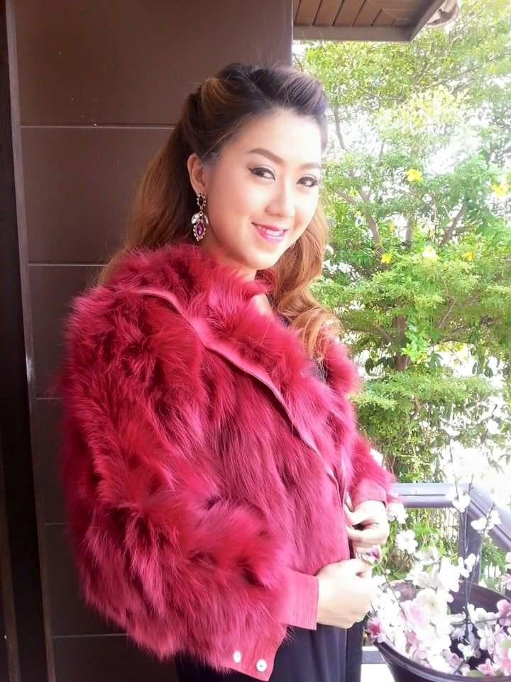 เสื้อกันหนาวขนเฟอร์ สีชมพูแดง ไฮโซมากแม่