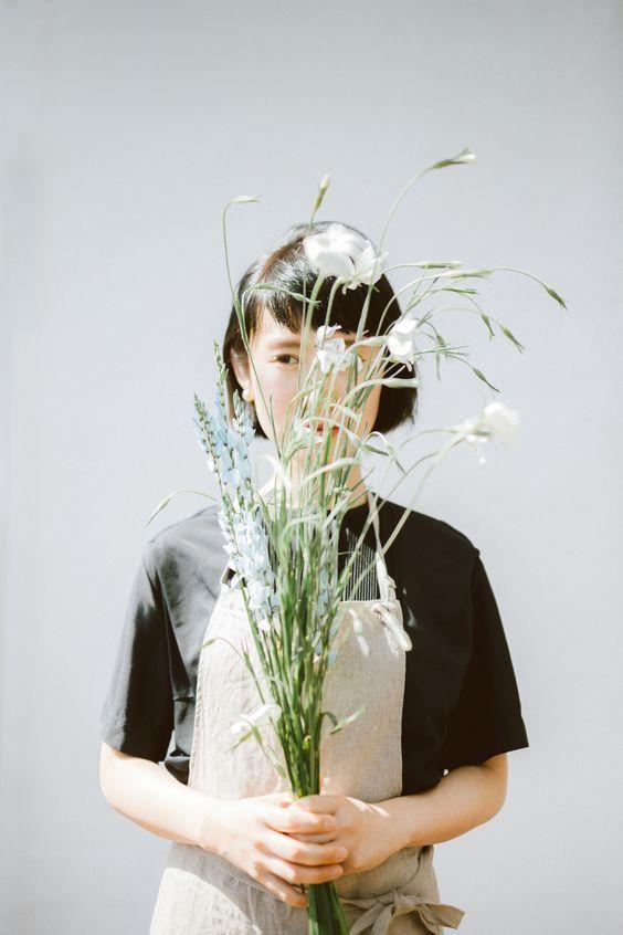 ถ่ายรูปกับช่อดอกไม้แบบเอาดอกไม้ปิดหน้าได้รูปสุดชิค