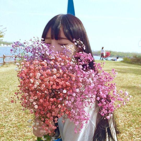 ถ่ายรูปกับช่อดอกไม้แบบเอาดอกไม้ปิดหน้า