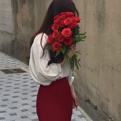 ถ่ายรูปกับช่อดอกไม้สีแดงด้วยการเอาดอกไม้ปิดหน้าโชว์แต่ดอกไม้สวยๆไปเลย