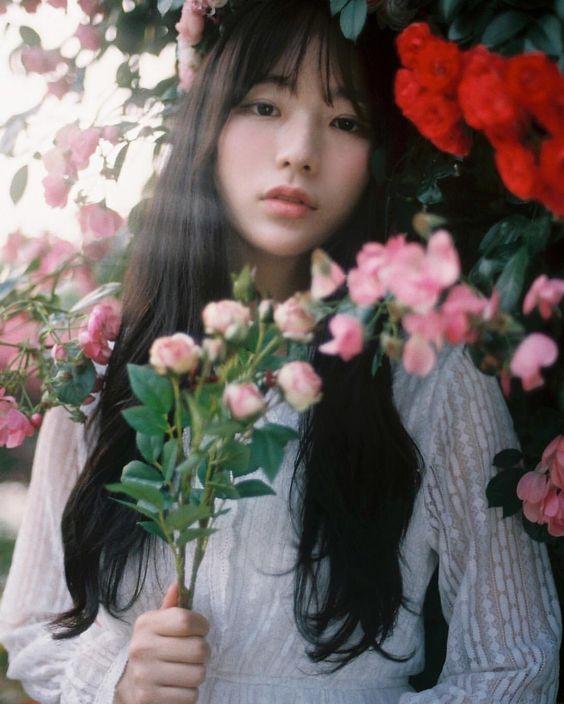 ถ่ายรูปกับช่อดอกไม้ แบบโฟกัสที่หน้าได้รูปชิคๆ
