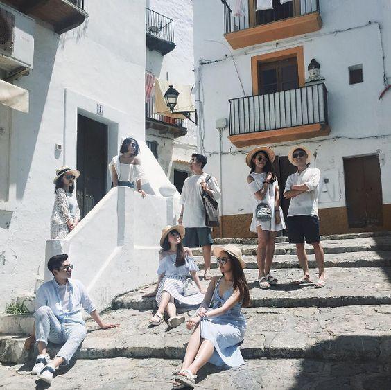 ถ่ายรูปกับแก๊งเพื่อนแบบนั่งและยืนกันคนละจุด