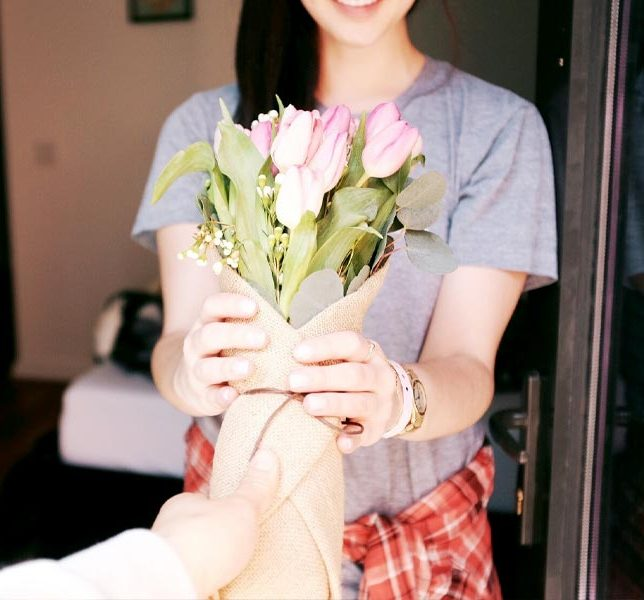 ถ่ายรูปกับช่อดอกไม้แบบให้คนที่ให้ดอกไม้ยืนมือมาในรูปด้วยได้ฟิลสุดๆ