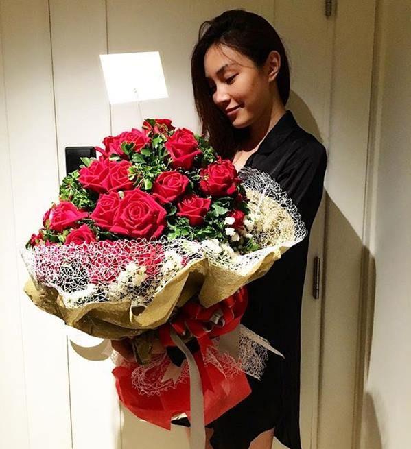 ถ่ายรูปกับช่อดอกไม้ สีแดงแบบยิ้มแบบมีความสุข