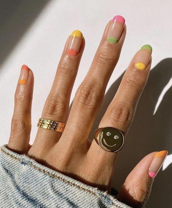 French Nailsมีสีสันที่สวยงาม ทำให้ตัวเองดูสดชื่นได้อีก