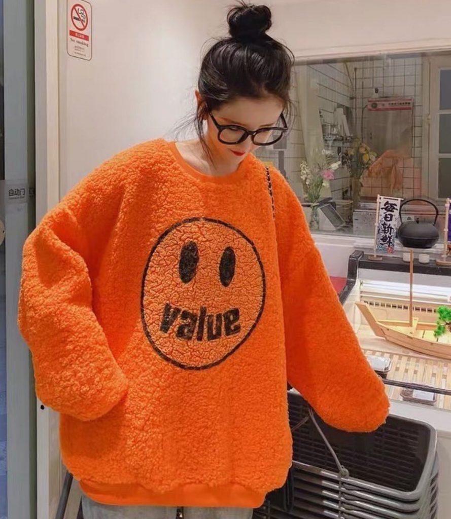 เสื้อกันหนาวสีสดใสสีส้มที่โดดเด่นกว่าใคร
