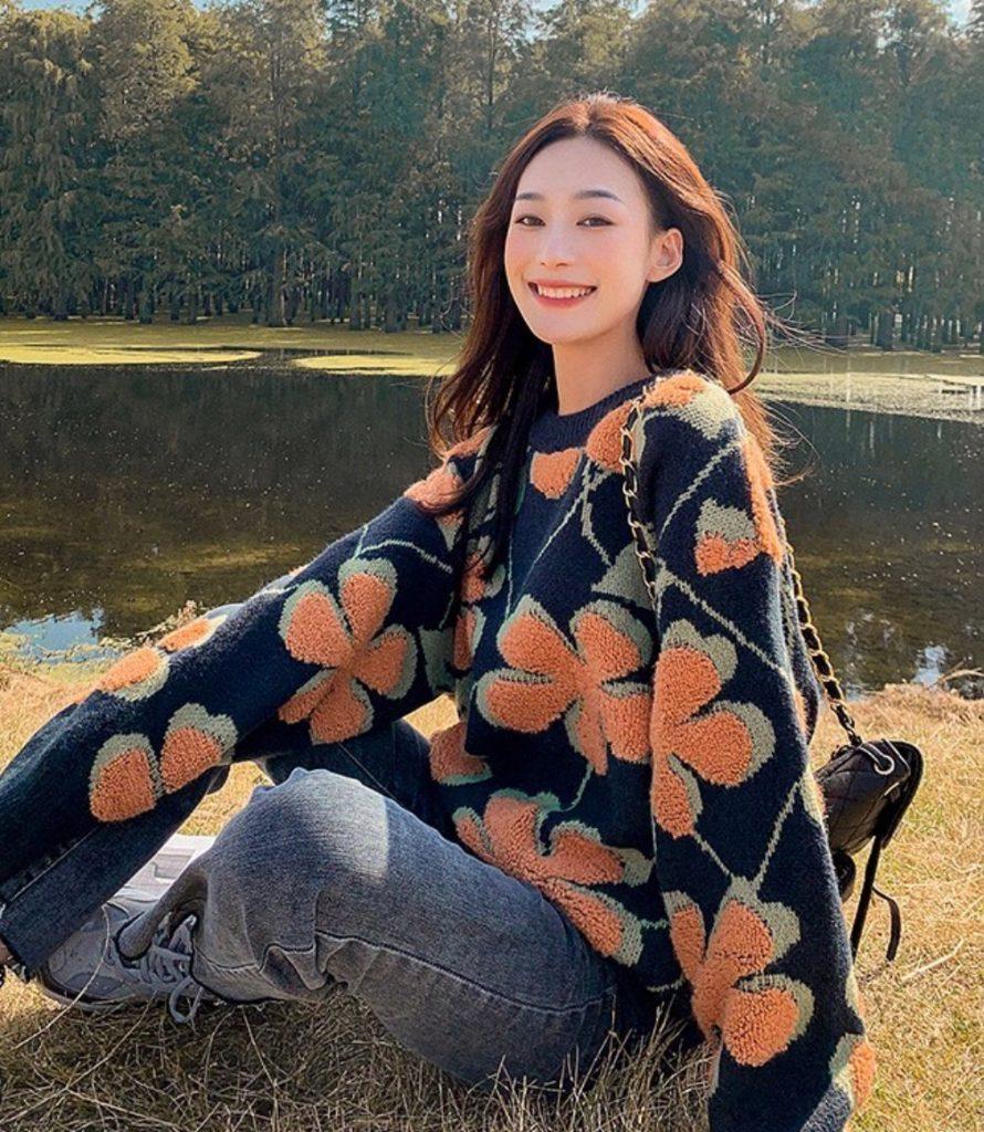 เสื้อกันหนาวสีสดใส ลายดอกไม้ใหญ่ๆ ดูโดดเด่น