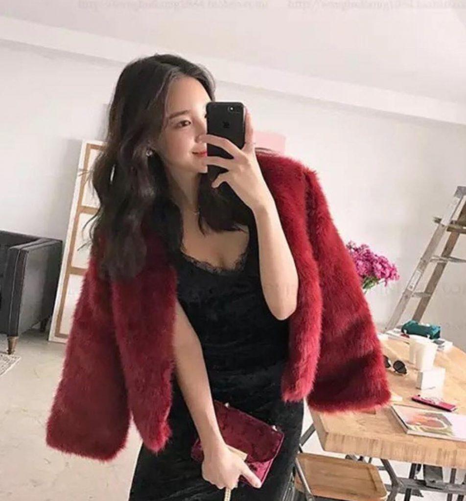 เสื้อกันหนาวขนเฟอร์สีแดงใส่กับเดรสดำผู้ดีสุด