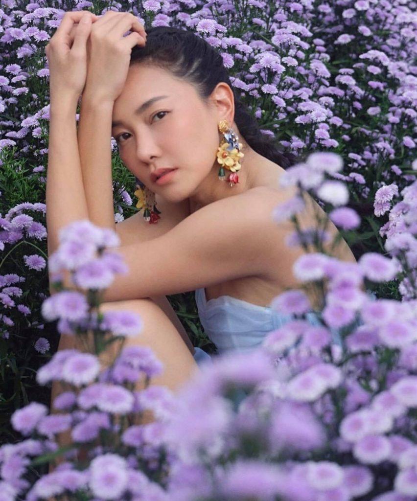 ถ่ายรูปกับทุ่งดอกไม้ แบบมองกล้อง