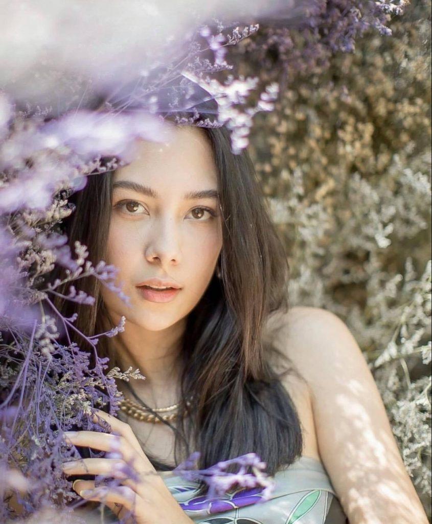 ถ่ายรูปกับทุ่งดอกไม้ แบบให้หน้าซ่อนอยู่ในดอกไม้