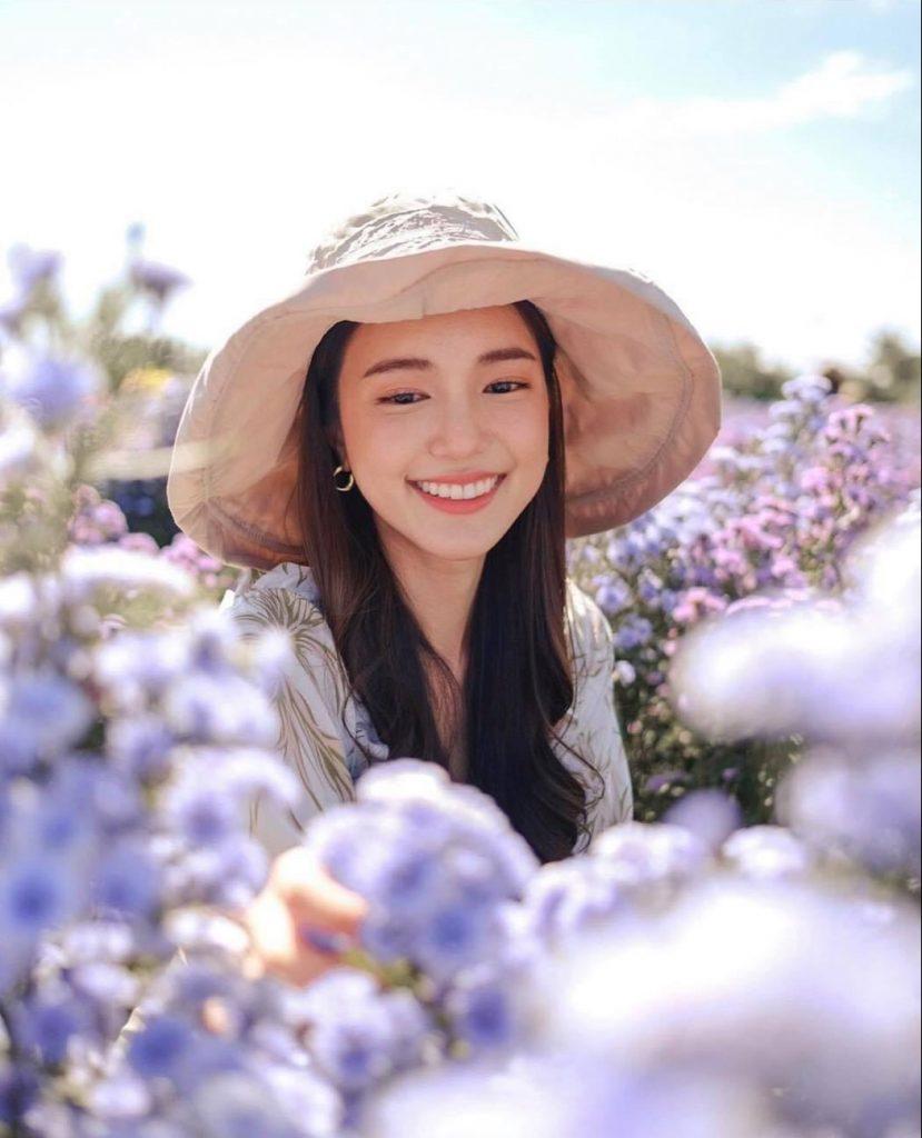 ถ่ายรูปกับทุ่งดอกไม้ แบบไม่มองกล้องแต่มองที่ดอกไม้